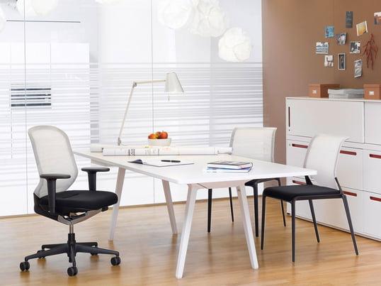 Büroeinrichtung so leicht, komfortabel wie gleichzeitig stabil. Der intelligente Vitra MedaPal Bürostuhl besticht durch seine intelligente Technik mit hohem Sitzkomfort und lässt sich gut mit hellen Büromöbeln kombinieren.