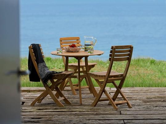 Wo Nostalgie Zuhause ist: Gartenstühle und Gartentisch im traditionellen Landhausstil. Skagerak begeistert mit langlebiger, zeitloser Gartenmöbel aus Holz.