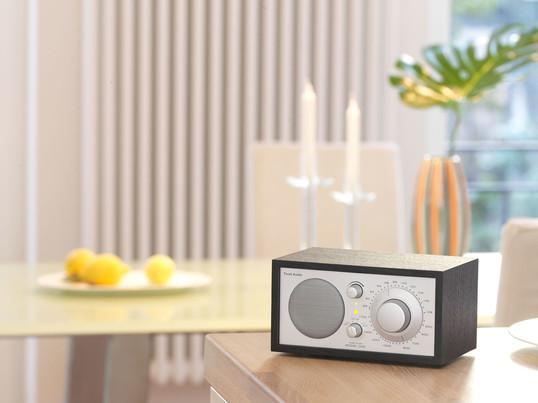 Das Tischradio in weiß, schwarz oder im Holz-Design, begeistert mit seiner Tonqualität. Nicht nur im Wohnzimmer oder Schlafzimmer findet das Radio seinen Platz, auch als Küchenradio findet optimalen Einsatz.