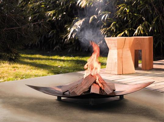 Die Feuerstelle: Ein Outdoor-Vergnügen für Familie und Freunde. Mit passender Sitzmöbel, wie z. B. dem Holzhocker kombiniert, wertet die Feuerschale von wodtke jeden Garten optisch auf.