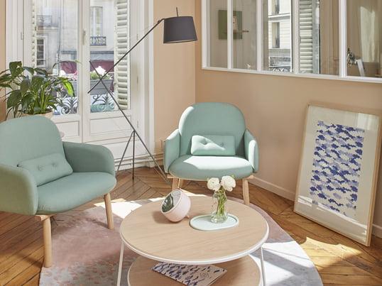 Mit dem Georges Sessel in wassergrün und dem Eugénie Couchtisch in weiß lässt sich ein verspieltes und elegantes Interieur schaffen. Die Élisabeth Stehleuchte in schiefergrau setzt einen schönen Akzent.