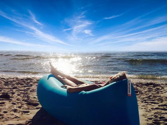 Das Luftkissen Lamzac von Fatboy macht den Strandurlaub zum Erlebnis. Einfach innerhalb von Sekunden mit Luft befüllen, verschließen und am Meer entspannen!