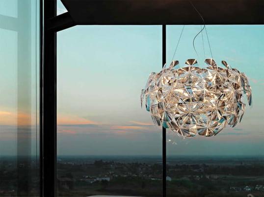 Der Leuchten-Hersteller Luceplan ist bekannt für extravagante und futuristische Design-Leuchten. Hope ist imposant und erinnert entfernt an die Formen eines Raumschiffes - die perfekte Design-Pendelleuchte für Fans des Futuristic Living.