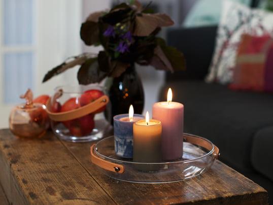 Der Holmegaard Design with light Kerzenteller unterstreicht die gemütliche Atmosphäre, die durch die bunten Kerzen und deren warmes Licht erzeugt wird. Der Lederhenkel der Design-Deko betont die behagliche Note.