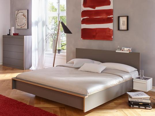 Räume Schlafzimmer - Das Flai Bett aus den Müller Möbelwerkstätten erinnert nicht nur vom Namen her ans Fliegen - gerade, klare Linien erzeugen eine harmonische Formensprache. Das Kopfteil verbessert Komfort und Stil noch weiter.