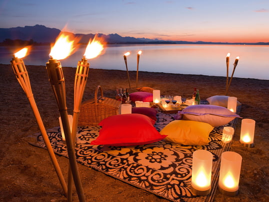Mit den Outdoor-Kissen von dem deutschen Design-Hersteller Weishäupl für den Outdoor-Bereich lässt sich eine gemütliche Atmosphäre schaffen - egal ob am Strand oder im Garten.