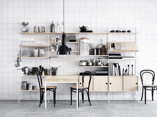 Das Regal-System von String in Weiß und aus Holz passt in jede Küche. Es ist flexibel erweiterbar und passt sich Ihrem Interieur an. Die Schränke sorgen für optische Ordnung.