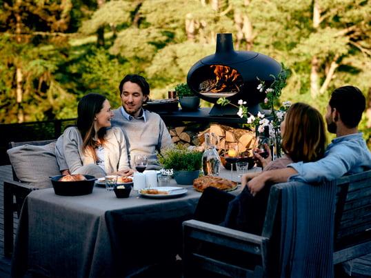 Erleben Sie entspannte Abende mit dem Forno Grillofen von Morsø. Die kleine Feuerstelle ist ideal für warme, gemütliche Sommerabende mit Familie und Freunden.