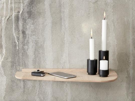 Der Create Me Teelichthalter in zwei verschiedenen Größen und der Create Me Kerzenhalter in Schwarz machen sich gut auf der Wandablage von Andersen Furniture.