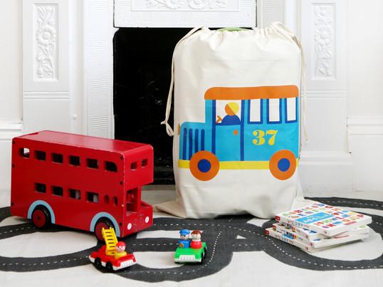 Der Spielzeugsack von byGraziela ist mit seinen verspielt, schönen Motiven nicht nur ein toller Farbklecks im Kinderzimmer sondern schafft auch spielend leicht Ordnung.