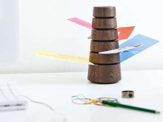 Der Babel Zettelturm von siebensachen eignet sich dank der vielen Schlitze ideal zur Aufbewahrung von kleinen Zetteln. So sorgen Sie für Ordnung auf dem Schreibtisch.