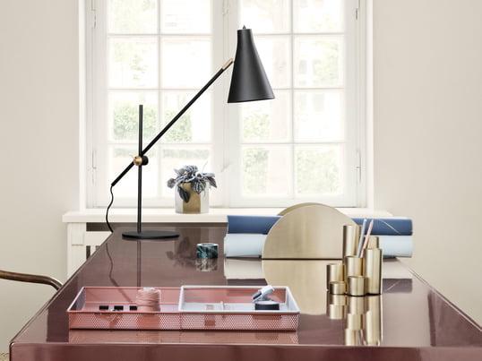 ferm Living präsentiert mit dem Brass Stiftehalter ein stilvolles optisches Highlight für den Schreibtisch, der von dem Brass Semicircle Papierhalter optimal ergänzt wird.