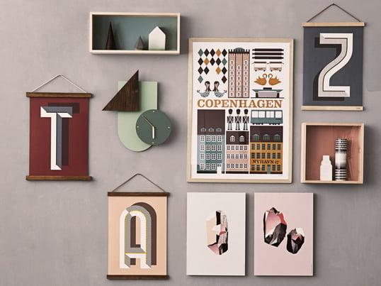 Die Wooden Frames von ferm Living geben kleinen Portraits, großen Fotos, Kalendern oder Postern einen Rahmen. Die Wooden Frames zusammen mit der Wall Wonder Uhr schmücken jede Wand.Die Wooden Frames von ferm Living geben kleinen Portraits, großen Fotos, Kalendern oder Postern einen Rahmen. Die Wooden Frames zusammen mit der Wall Wonder Uhr schmücken jede Wand im Wohnzimmer, Schlafzimmer oder im Flur.