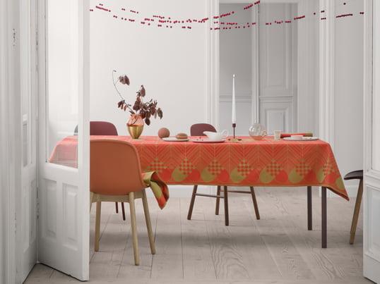 Die Weihnachts-Tischdecke von Georg Jensen Damask wurde von Bodil Bødtker-Næss entworfen und ist eine festliche Tischdecke, die mit ihren weihnachtlichen Motiven den Esstisch in der Adventszeit schmückt.