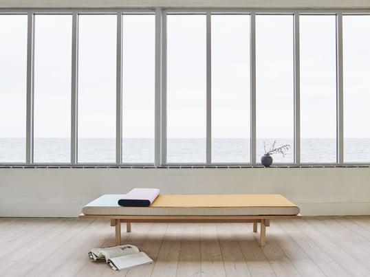Die Tagesbett-Liege aus Kiefern-Holz und Wolle bietet ausreichend Platz zum Verweilen oder den Mittagsschlaf. Das Daybed passt dank der minimalistischen Form zu jedem Stil.