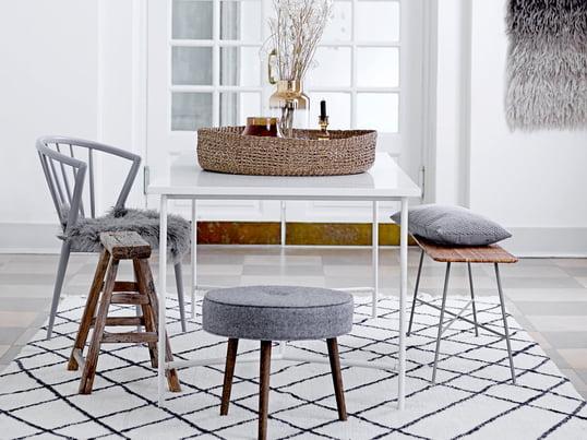 Der Wollteppich von Bloomigngville in Beige / Schwarz liegt voll im Trend. Kaum eine stilvolle Wohnung im skandinavischen Stil kommt noch ohne dieses Trend-Piece aus. Ob im Wohnzimmer unter dem Sofa als Blickfang platziert, für Wärme im Flur oder für lässige Gemütlichkeit im Schlafzimmer - der Wollteppich macht überall eine gute Figur.