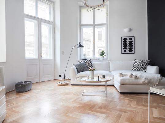 Der Tray Table in Weiß in Hay, der Restore Aufbewahrungskorb in Grau von Muuto und der A di Alessi Geschirrabtropfer in Weiß machen sich gut in dem traumhaften Wohnzimmer.