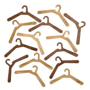 Der Kleiderbügel 0115 in verschiedenen Holztönen