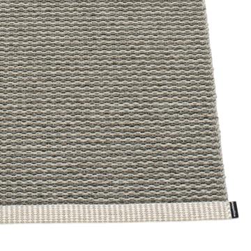 Mono Teppich von Pappelina in Charcoal / Warm Grey