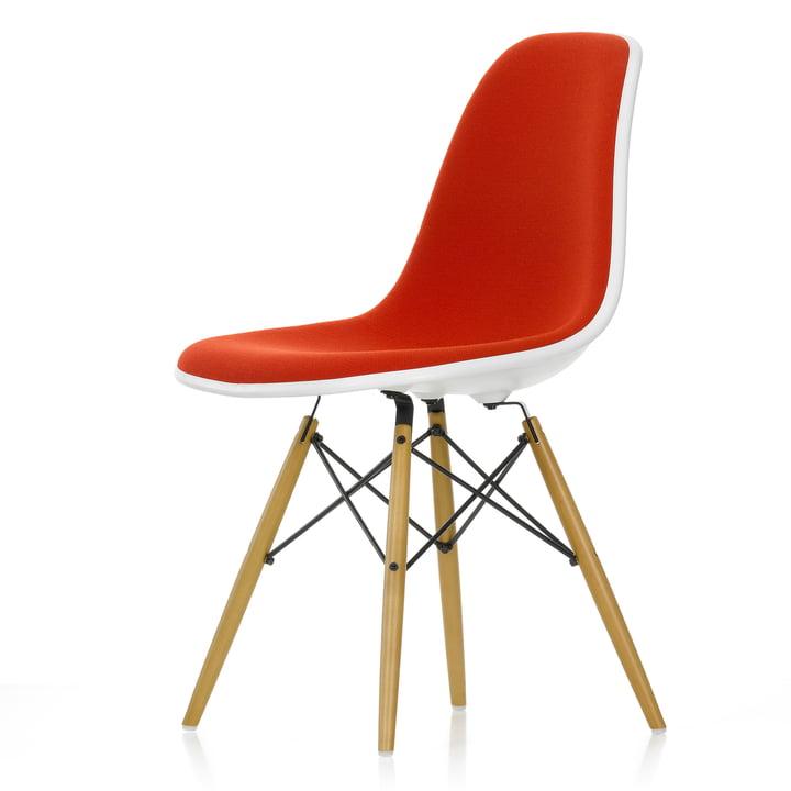 Eames Plastic Side Chair DSW (H 43 cm) von Vitra in Ahorn gelblich / weiß, Vollpolster Hopsak rot/cognac (96), Filzgleiter weiß