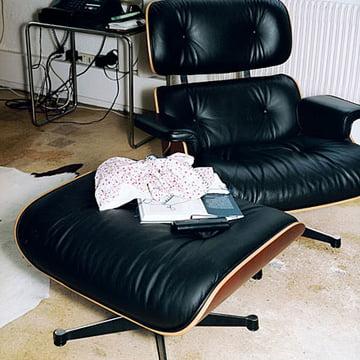 Vitra Lounge Chair mit Ottoman aus Kirschbaum