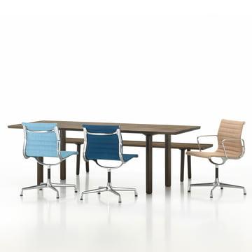 Wood Bench und Table mit Aluminium Group EA 104 Drehstuhl ovn Vitra