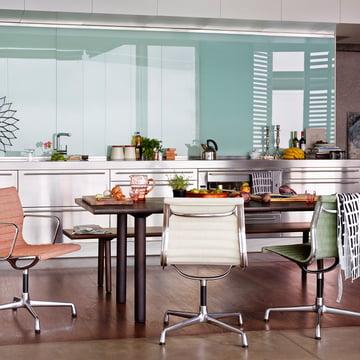 Vitra - Wood Table Eiche kerngeräuchert mit Stühlen
