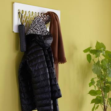Jacken, Mäntel und Schirme werden auf der SL28 James Garderobe von Konstantin Slawinski sicher aufbewahrt