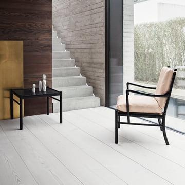 Coffee Table und Lehnstuhl