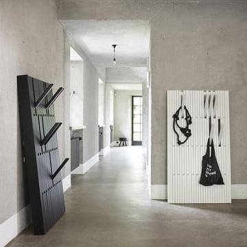 Die Piano Hanger in Eiche schwarz, large und Buche weiß, large von Peruse