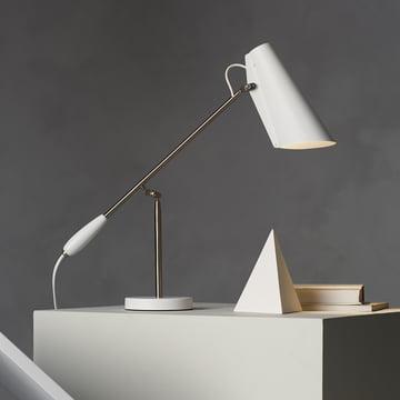 Die Northern Lighting - Birdy Tischleuchte in weiß / metallic auf dem Beistelltisch platziert