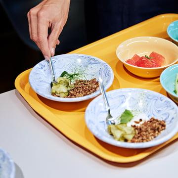 Hay - Soft Ice tiefer Teller, Ø 17 cm in blau, Kantinen-Tablett L, 53 x 37 cm in gelb und Rainbow Schalen