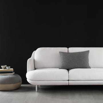 Der Fritz Hansen - Pouf by Cecilie Manz neben dem Sofa platziert