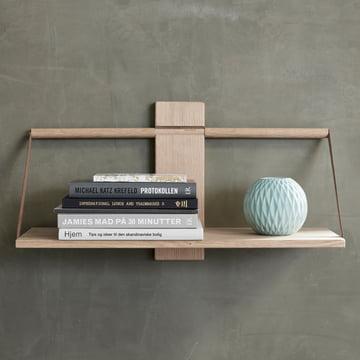 Das Andersen Furniture - Wood Wall Hängeregal, Eiche mit Büchern und Vase dekoriert