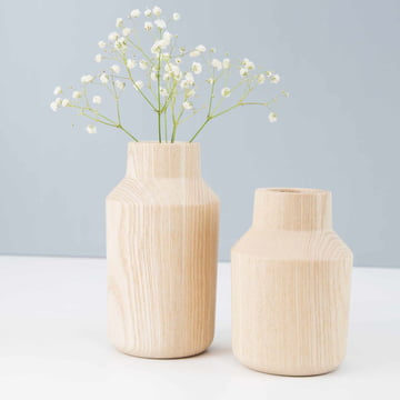 Die kommod - Klava Vase in esche (2er-Set) stilvoll dekoriert