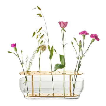 Die Fritz Hansen - Ikebana Vase lang, messing / Glas mit Blumen