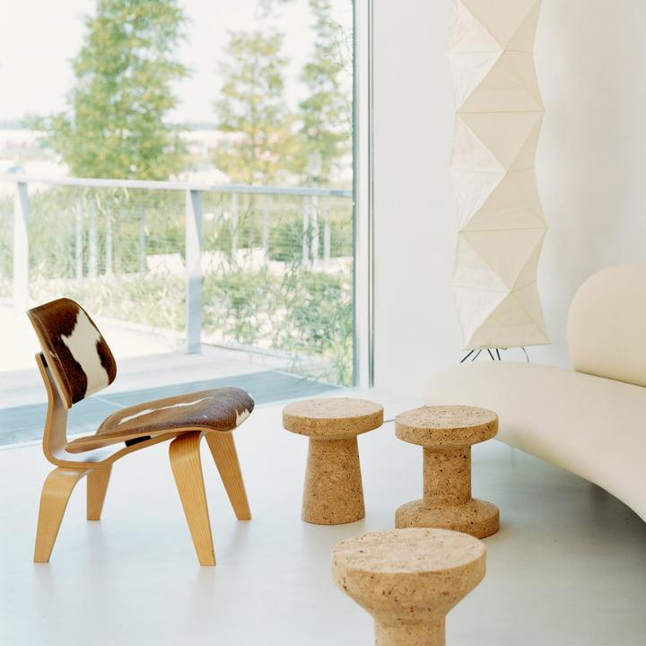 Der Vitra - Hocker - Cork Family und der Plywood Stuhl in Kombination