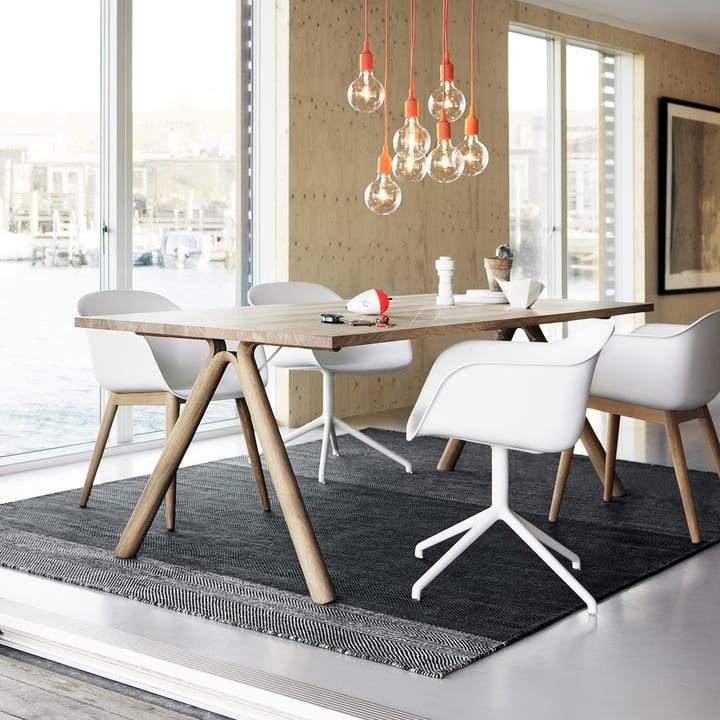 Esszimmer mit Split Table, Fiber Chair und der Leuchte E27 von Muuto
