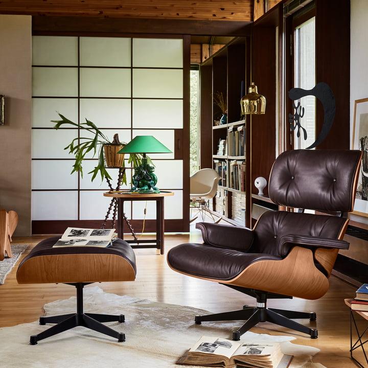 Vitra - Lounge Chair & Ottoman, poliert / Seiten schwarz, amerik. Kirschbaum / chocolate (klassisch)