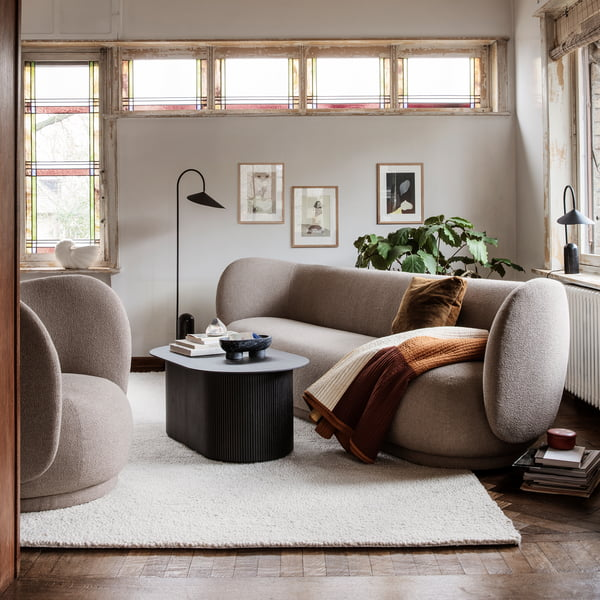 Rico 3-Sitzer Sofa und Rico Sessel in Bouclé sand von ferm Living im Wohnzimmer